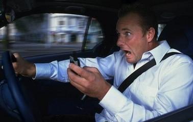 Опасно разговаривать по телефону за рулем