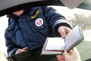 Обязан ли водитель предъявлять документы инспектору ДПС